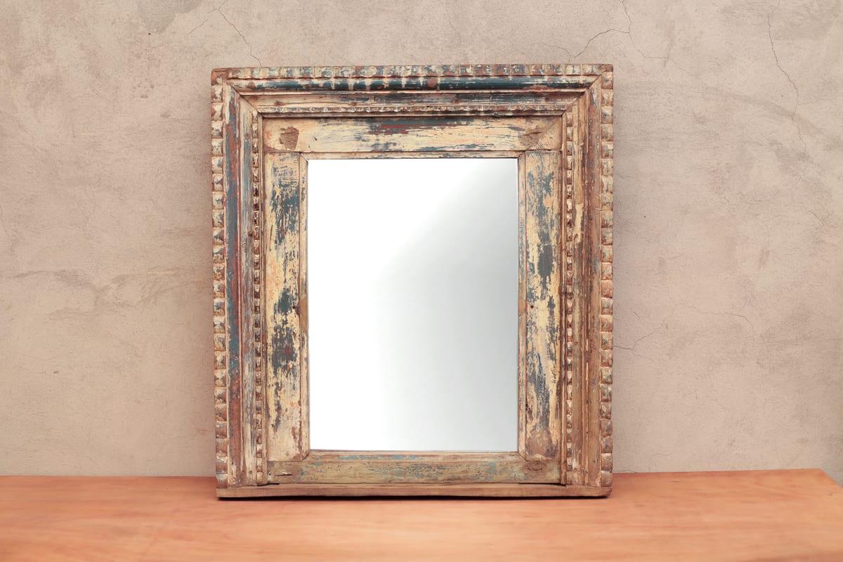 Espejo con marco de madera antiguo  